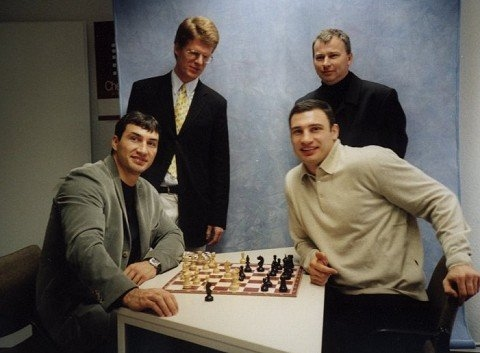 Besuch von Vitaly und Wladimir Klitschko bei ChessBase, hinten: Matthias Wüllenweber und André Schulz